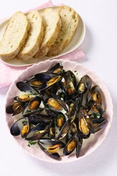 Dine out at Home - Scottish Cooked Mussels Seafood yummmmm.aphrodisiac too! Bring it on! Foods With Gluten, Gluten Free Recipes, Valentines Day Wishes, Salmon Dishes, Mussels, Free Food, Seafood, Menu, Bread