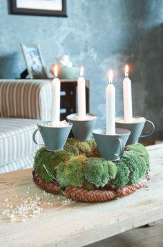 Adventskranz mit Moos und Tassen als Kerzenhaltern