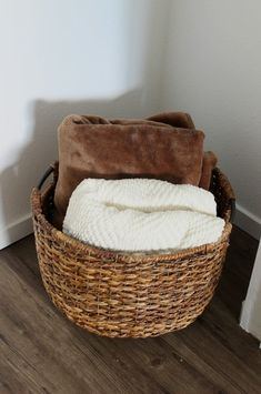Love these guest room ideas! Perfect for creating a welcoming guest space! Love these guest room ideas! Perfect for creating a welcoming guest space! Guest Room Decor, Guest Room Office, Guest Room Baskets, Guest Room Bedding Ideas, Spare Bedroom Office, Guest Basket, Big Basket, My Living Room, Living Room Decor