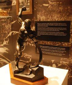 Venäläisen, jättimäisiin monumentteihin erikoistuneen Jevgeni Vutšetitšin Miekat auroiksi -patsaan pienoismalli on nähtävillä myös. Iso versio tästä lienee edelleen Yhdistyneiden kansakuntien pääkonttorin edustalla Manhattanilla, New Yorkissa.