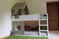 Voici une nouvelle réalisation d'un lit cabane réalisé avec un lit KURA, que je viens d'aménager en lit cabane pour ma fille. Vous n'aurez pas besoin de beaucoup de matériel pour cette bidouille, qui est plutôt simple à réaliser. Il vous faudra quelques longerons 4x4cm pour la charpente et quelques vieilles planches en pin récupérées sur un chantier. Il vous faudra être malgré tout attentif en effectuant un ponçage ultra minutieux afin d'éviter les échardes dans les petits doigts ! J'ai donc…