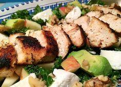 Lækker salat med saftig kylling, grønkål, cremet gedeost og avokado
