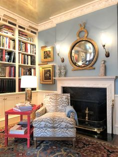 Small Living Rooms, Living Room Designs, Drawing Room Interior Design, Georgian Interiors, House Interiors, Home Library Design, Family Room Decorating, English Decor, Cozy Chair