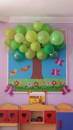 Classroom tree decoration using balloons and construction paper Preschool Crafts, Diy And Crafts, Crafts For Kids, Paper Crafts, Class Decoration, School Decorations, Diy Y Manualidades, Art N Craft, Spring Crafts