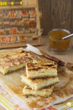 Lo scendiletto con crema e mele è un delizioso dolcetto formato da due strati di pasta sfoglia che racchiudono un cremoso ripieno.