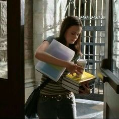 Gilmore girls @ yale Truth to this balancing act; been there, the struggle is real. Gilmore Girls, Estilo Rory Gilmore, Lorelai Gilmore, Rory Gilmore Style, Back To University, Milan University, Stars Hollow, Study Hard, Work Hard