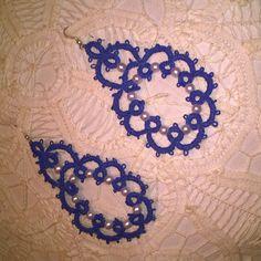 orecchini in chiacchierino ad ago. blu impreziositi da perline. disponibile in altri colori.