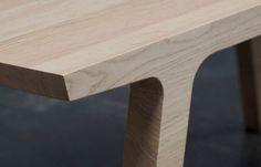 One is een houten eettafel met 2 gezichten: stoer en elegant. De lange kant heeft een zacht silhouet, terwijl de korte kant een haast afgekapte vorm heeft.