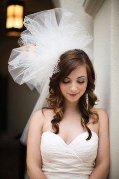 頭より大きなチュールのヘッドドレス。 ふわふわと軽い素材なので、うるさくなりすぎないのが良い。