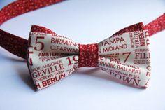 Застегивающиеся галстуки - бабочки : Красная газета на белом фоне на застежке