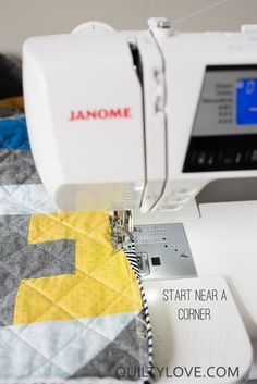 How to machine bind a quilt - beginner friendly quilting tutorial - Free machine binding quilt tutorial by quiltylove. This tutorial will teach you how to machine bind - Machine Binding A Quilt, Quilt Binding Tutorial, Sewing Binding, Sewing Machine Quilting, Machine Quilting Designs, Quilting Tools, Quilting Tutorials, Sewing Machines, Modern Quilt Patterns