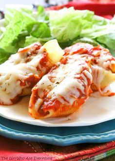 Pizza Stuffed Shells - pasta stuffed with sausage and pepperoni. Yummy dinner ideas.