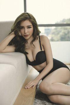 Elly Trần trở lại nóng bỏng với nội y huyền bí