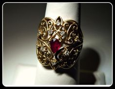 I totally love this ring!  18k Solid Yellow Gold Ruby, Diamond Ring 6.7g Size 7.