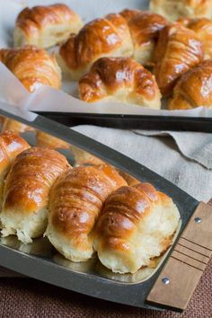 The love for buttery, flaky goodness is universal😍 Medialunas are often called the Argentinian croissant🥐and can come in both sweet and savory flavors. These Medialunas from are an international adventure waiting to happen. Pastry Recipes, Cooking Recipes, Argentina Food, Argentina Recipes, Croissant Bread, Breakfast Recipes, Dessert Recipes, Desserts, Chilean Recipes