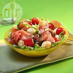 Salade de mozzarella, tomates et pommes fruits @ allrecipes.fr Une association classique tomates-mozzarella repensée dans une version sucrée-salée plus gourmande : idéale pour un pique-nique entre amis.