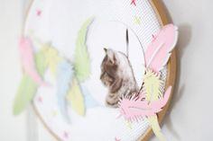 Basteln Sie aus unseren Materialien einen wunderbaren Traumfänger für zu Hause. Wie das geht lesen Sie bitte hier http://piecesforhappiness.blogspot.de/2015/05/ein-federleichter-traumfanger-in.html