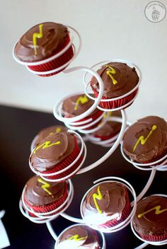 Harry Potter Cupcake Diaries: {Food Ideas} For Your Harry Potter Party - Planning a Harry Potter party? Here's your one-stop shop for food ideas! Harry Potter Snacks, Harry Potter Fiesta, Gateau Harry Potter, Harry Potter Cupcakes, Cumpleaños Harry Potter, Harry Potter Halloween, Harry Potter Birthday, Fete Emma, Cauldron Cake