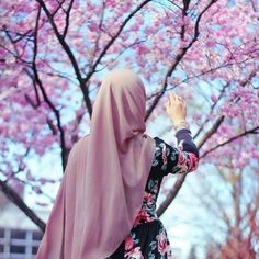 Discovered by princess Rose. Find images and videos about hijab on We Heart It - the app to get lost in what you love. Arab Girls Hijab, Muslim Girls, Hijabi Girl, Girl Hijab, Niqab, Hijab Hipster, Stylish Hijab, Muslim Women Fashion, Muslim Beauty