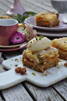GLÜCKSKÜCHE: Aprikosen- Nusskuchen mit weißer Schokolade und Streusel