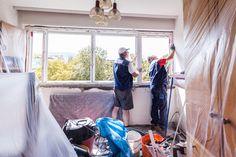Neu montiertes Kunststofffenster wird eingerichtet - Vorbereitung zum schäumen des Fensters.   #Detail #Fenstermontage