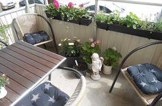 Systrarnas godaste: Bilder från balkongen. Möbler kommer från Farmor, dynor från Jysk, svarta krukor och balkonglådor från ÖoB.