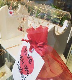 . l o v e / i s / i n / t h e / a i r @portobello_store_chivasso  #love#loveisintheair#valentineday#pesopiuma#loveme#rosegold#instapic#leggermentediverse by pesopiuma_bijoux