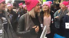 Alla marcia anti-Trump 26 ragazze cantano insieme, il video diventa virale