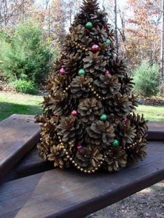 With pine cones you can do the most beautiful things. The 10 most beautiful deco ideas with pine cones! - Page 5 of 10 - DIY craft ideas - Pine Cone Tree, Pine Cone Christmas Tree, Cone Trees, Rustic Christmas, Christmas Diy, Christmas Wreaths, Christmas Ornaments, Christmas Photos, Christmas Christmas