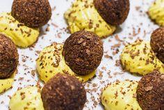 Un dessert veramente buono e bello da vedere. Palline di frutta e cacao adagiate su una densa crema chantilly al cocco. Provate la ricetta!