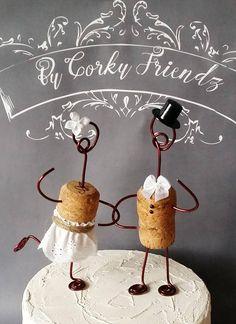 Erhalten Sie ein paar Cake Topper, die es eigentlich zu Ihrem Regal für Jahre zu kommen wird! Diese Kuchen Topper können zusätzlich als Christbaumschmuck, machen unsere corky Kuchendeckel die perfekte Braut-Dusche-Geschenk verwendet werden. Fügen Sie eine Personalisierung auf der