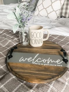 I have another Fast Friday for you today - it's an easy round serving tray for all the showers, weddings, and house warmings you have this summer. Farmhouse Serving Trays, Wooden Serving Trays, Serving Tray Decor, Round Wooden Tray, Wood Tray, Wooden Crafts, Wooden Diy, Diy Wood Signs, Rustic Wood Signs