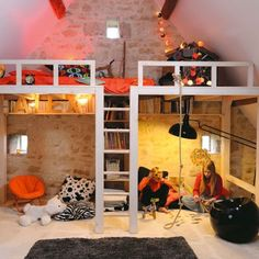 Double loft beds with nook underneath. Great idea, great look !