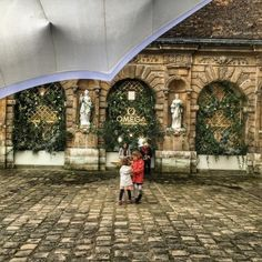 Little #girls #playing in the #backyard around the decorated #garden of the #hoteldesully #Marais #Paris (at Hôtel de Sully)