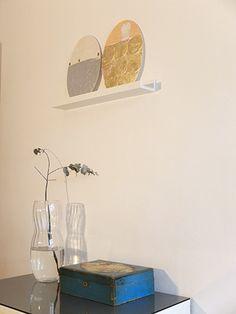 """© COLMADO MAZA Collages sobre madera (34 x 23,5 cm). Títulos: """"Que te vaya bonito"""" (izq) y """"nudo"""" (dch)"""