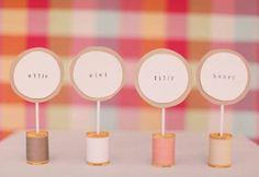 Яркие таблички с именами гостей для праздничного стола - Glamly.ru