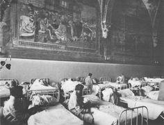"""Il Pellegrinaio del Santa Maria della Scala come sala di degenza femminile (1973). Foto tratta da D. Gallavotti Cavallero, A. Brogi - """"Lo Spedale Grande di Siena"""", 1987"""