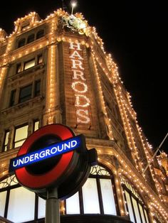 Christmas in London- Harrods---- been here! New Years in London is amazing Gherkin London, Great Places, Places To Go, Wonderful Places, London Christmas, Harrods Christmas, Christmas Shopping, Wanderlust, London Restaurants
