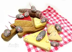 Picnic with mice, hand painted stones by Ernestina Gallina