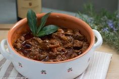 The wild boar ragout is a recipe that requires long times for marinating the meat and for its cookin Tuscan Recipes, Italian Recipes, Popular Italian Food, Pasta, Best Dinner Recipes, Italian Dishes, Family Meals, Chicken Recipes, Slow Cooker