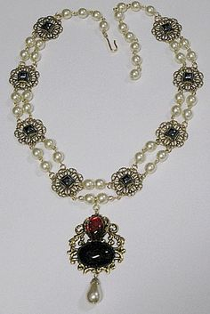 Reproduction Tudor necklace of the one Jane Seymour wore in the 1536 portrait of her done by Hans Holbein. Also worn by Katherine Howard and Kateryn Parr. Renaissance Jewelry, Medieval Jewelry, Renaissance Fashion, Medieval Clothing, Vintage Costume Jewelry, Vintage Costumes, King Henry, Henry Viii, Tudor Dress