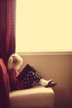 Czytanie dzieciom na dobranoc rozwija ich wyobraźnię oraz poszerza zasób słownictwa. http://abcsypialni.pl/blog/co-czytamy-do-poduszki/