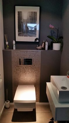 Gäste-WC The post Wat een apart design toilet. Gäste-WC appeared first on Badezimmer ideen. Guest Toilet, Small Toilet, Downstairs Toilet, Wc Design, Interior Design, Clever Design, Modern Interior, Ideas Baños, Tile Ideas