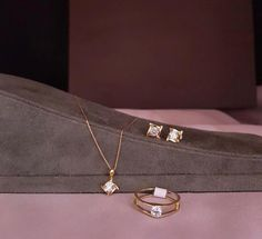 Gold Necklace Simple, Diamond Necklace Set, Gold Jewelry Simple, Gold Rings Jewelry, Mom Jewelry, Antique Jewelry, Jewelery, Gold Earrings Designs, Necklace Designs