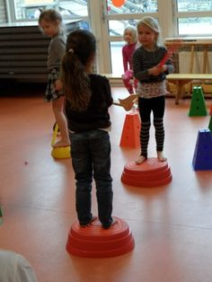 Zwaardvechten Twee kinderen staan tegenover elkaar met een stok of zwaard. Ze staan op een kleine verhoging een flink eind van elkaar. Een klein stuk hout kan ook. Door te proberen elkaar te raken, valt er waarschijnlijk een van de twee van de plek af en is af. Wie blijft staan, heeft gewonnen.