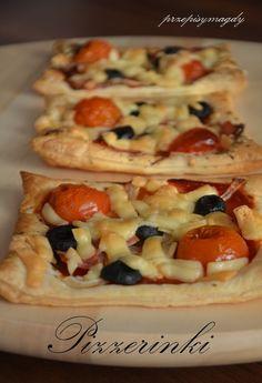 Prostokątne pizzerinki z ciasta francuskiego, zaspokoją naszą ochotę na pizze. Naprawdę pysznie smakują, a i roboty przy nich tyle co...
