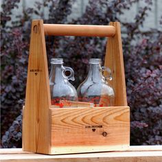 Wooden Growler Carrier - a great gift for the craft beer drinker in your life! Groomsmen Gifts Unique, Groomsman Gifts, Pico Brasserie, Liquor List, Beer Growler, Home Brewing Beer, Wine And Beer, Homemade Gifts, Craft Beer