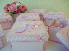 Esta é a versão rosa da lembrancinha de batizado, um mimo!  Caixa de madeira pintada e decorada com papéis de scrapbook, sianinha, fitinha, pérolas etc, vidrinho para água benta e amêndoas, tudo personalizado!  Fazemos nas cores de sua preferência.