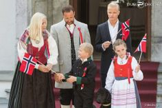 Norway is celebrating its national holiday! The royal family took part in the festivities by attending the traditional parade from the balcony of the Royal Palace in Oslo. Early this morning, the royal family had welcomed the parade held before Skaugum his residence.
