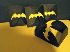 Diese Batman-Einladung fanden wir besonders süß! Vielen Dank dafür Dein blog.balloonas.com #balloonas #kindergeburtstag #einladung #batman #superhero